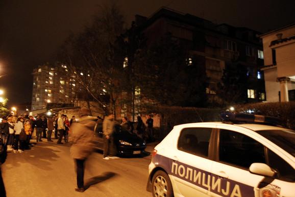Brojni građani okupili su se ispred mesta nesreće