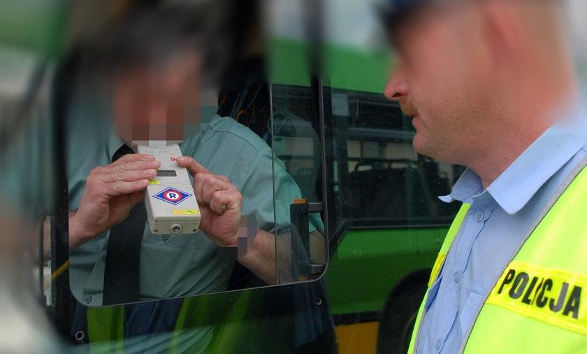 policjant badający kierowcę autobusu