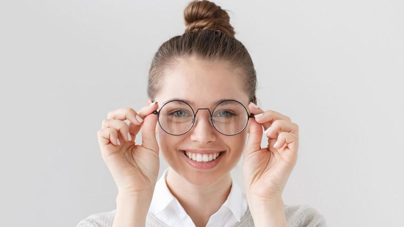 Kobieta mierzy okulary