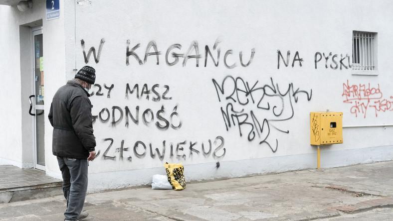 """Poznań, napis na murze: """"W kagancu na pysku. Czy masz godnosc czlowieku?"""""""