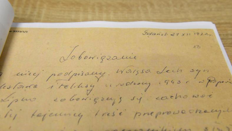 """IPN udostępnił teczki tajnego współpracownika ps. Bolek, dotyczące Lecha Wałęsy. Dokumenty liczą ponad 750 stron, a wgląd do nich mają od dziś dziennikarze i naukowcy. Mogą zapoznać się z zawartością teczki osobowej i teczki pracy TW """"Bolka"""" oraz listu, który w 1996 roku Czesław Kiszczak napisał do Dyrektora Archiwum Akt Nowych. 20 lat temu generał napisał, że współpraca Lecha Wałęsy z SB trwała do 1989 roku. Kiszczak stwierdził, że dokumenty powinny być zdeponowane właśnie w archiwum i poddane badaniom przez """"poważnych"""" historyków - nie wcześniej niż w 5 lat po śmierci Wałęsy. Dziennikarze mogą filmować oraz fotografować przeglądane materiały. Możliwe jest również zamówienie ich kopii cyfrowych. Od środy wgląd w materiały będzie możliwy również w czytelniach w oddziałach i delegaturach Instytutu. ZOBACZ ZDJĘCIA"""