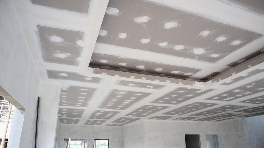 Sufit podwieszany to popularne rozwiązanie - Piman Khrutmuang/stock.adobe.com