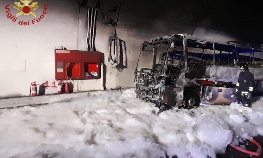 Autobus całkowicie spłonął.