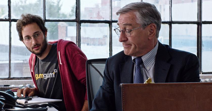 """Kadr z filmu """"The Intern"""", w którym główny bohater musi stawić czoła dużym zmianom na rynku pracy"""
