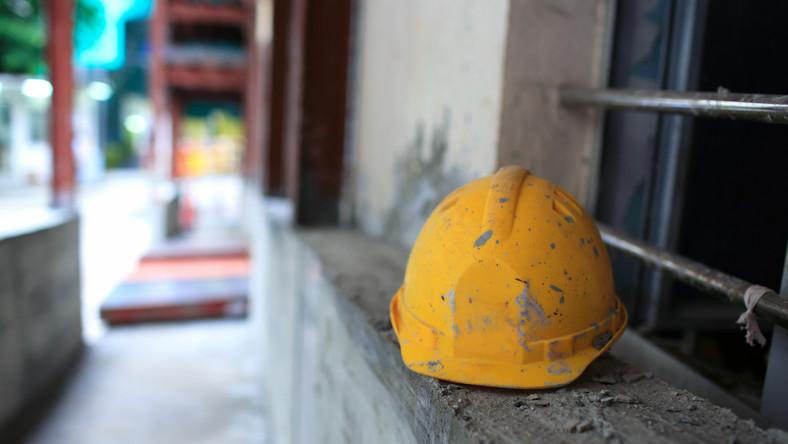 Deweloper II. Drzwi wejściowe, na ścianach tynk maszynowy bez malowania, na podłogach betonowa wylewka, instalacja wodno-kanalizacyjna bez białego montażu, instalacja CO z grzejnikami, instalacja elektryczna bez włączników i gniazdek, parapety zewnętrzne i wewnętrzne, rolety zewnętrzne tylko na parterze, na wyższych piętrach komory do zamontowania mechanizmu rolety. Domofon. - Już po pewnym rozeznaniu w ofertach deweloperów wiadomo, czego nie należy spodziewać się w większości realizacji w ramach wykończenia mieszkania przez dewelopera - drzwi wewnętrznych, podłóg, płytek i białego montażu w łazience. Ogrzewanie podłogowe, deski na posadzce balkonu czy automatyka rolet to luksus zarezerwowany dla segmentu apartamentów - tłumaczy Marzena Zbierska z portalu TargiMieszkaniowe.net.