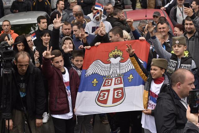 I deca na protestu pokazuju tri orsta i nose zastavu Srbije