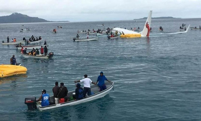 Awaryjne lądowanie Boeinga 737 na na Pacyfiku. Samolot zaczął tonąć