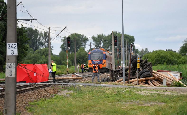 Samochód ciężarowy  zderzył się we wsi Daleszewo w gminie Gryfino z pociągiem