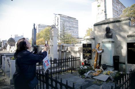 Ispred groba Milenka Vesnića