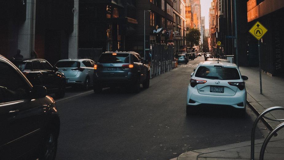 Do sześciu tys. złotych taniej? Oszczędne i małe samochody idealne do jeżdżenia po mieście / Unsplash / Pat Whelen