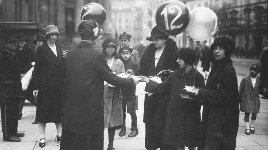 Kobiety agitujące w dniu wyborów do Rady Miejskiej w Warszawie, 22 maja 1927