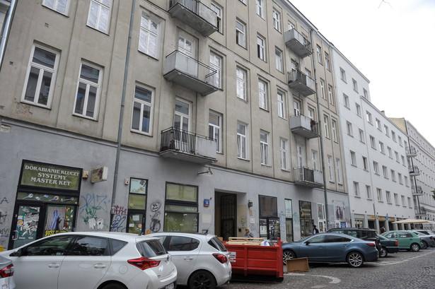 Stołeczny ratusz informował, że Poznańska 14 to nieruchomość, którą w 2013 r. przekazano w użytkowanie wieczyste na 99 lat spadkobiercy dawnych właścicieli, którego reprezentował adwokat Robert N.