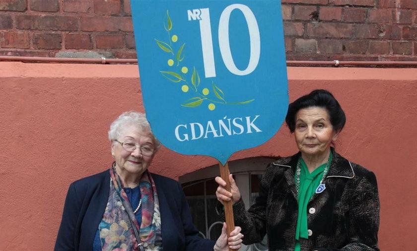 Pani Anita Alot (pierwsza od lewej) szuka kolegów ze szkolnej ławy
