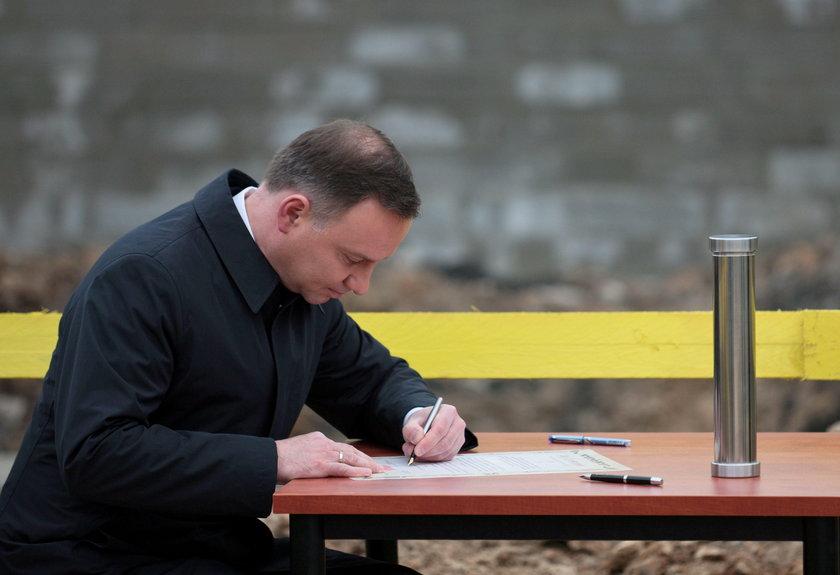 Prezydent Andrzej Duda podpisuje akt erekcyjny