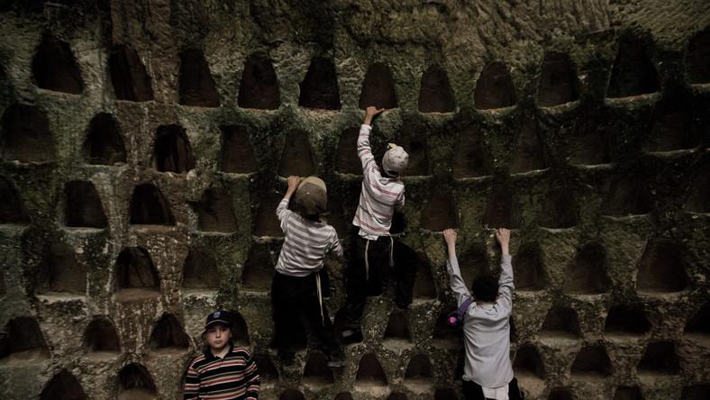 Naukowcy są przekonani, że jaskinie powstawały na przestrzeni ponad 2 tysięcy lat. Przyjmuje się, że zaczęli wykuwać je ludzie jeszcze w epoce żelaza. Ta fotografia przedstawia kolumbarium, czyli miejsce, w którym układano prochy zmarłych...