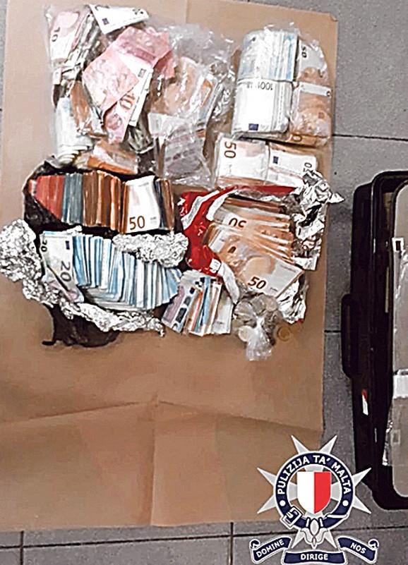 Policijski psi otkrili su odmah zatim i veću količinu droge, oko 47 grama kokaina i oko 55 grama marihuane