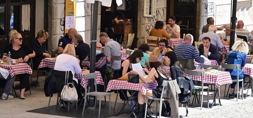 Tym żyją Włochy. Wielka kłótnia o liczbę miejsc przy stole! Chodzi o COVID