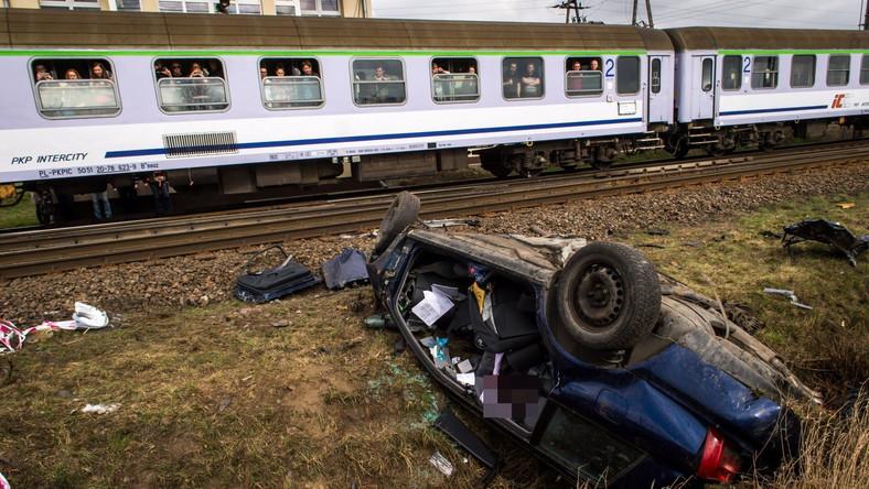 Wypadek wydarzył się o godz. 7.40. Padał deszcz. Ojciec odwoził córkę do pracy w sklepie. Wjechał na przejazd kolejowy, kiedy akurat nadjechał pociąg pośpieszny relacji Poznań-Gdynia. Jak twierdzi fakt.pl, zapory na przejeździe kolejowym były podniesione. Rozpędzony pociąg odciągnął auto około 40 metrów za przejazd. Samochód leżał na dachu, kiedy ratownicy przyjechali do wypadku. Niestety, nie udało się uratować kierowcy i pasażerki. Prokuratura bada wypadek, wyjaśnia również, dlaczego szlabany nie były opuszczone. Jak twierdzi fakt.pl, dróżnik był trzeźwy, tłumaczył, że zawinił sprzęt.