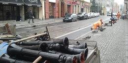 Zagrodzili pachołkami kilka parkingów w centrum