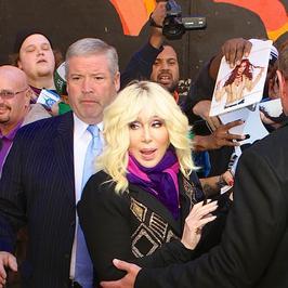 Cher znowu straszy swoją twarzą