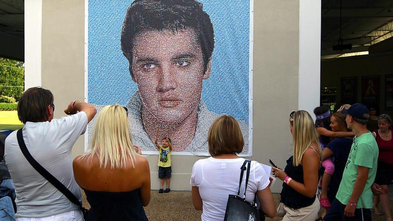 16 sierpnia 1977 roku Elvis Presley został znaleziony martwy na podłodze swej łazienki w swej willi w Graceland. 35 lat po tym wydarzeniu fani Króla rock'n'rolla przyjechali, by oddać mu hołd