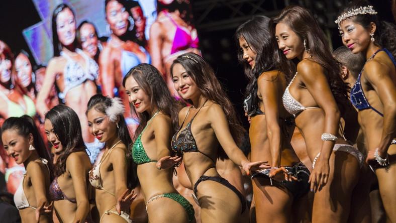 Na kulturystyczny turniej w Hongkongu zjechali w tym roku zawodnicy z całej Azji. Mężczyźni prężą muskuły, a kobiety pokazują wdzięki na wielkiej scenie stadionu królowej Elżbiety. Zobacz fotorelację z imprezy.
