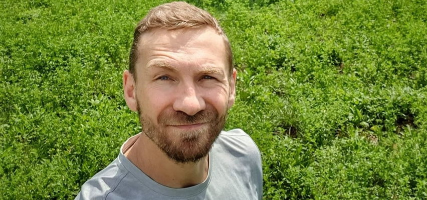 Przemysław Kossakowski zaszył się w głuszy i śpi na dachu samochodu. Nawiązał do rozstania z Martyną Wojciechowską