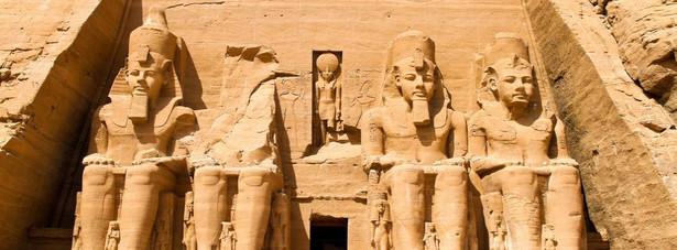 Abu Simbel – miasto położone nad Jeziorem Nasera warto zobaczyć ze względu na znajdujący w nim kompleks świątynny zbudowany przez faraona Ramzesa II. Abu Simbel stanowi w chwili obecnej jeden z najistotniejszych zabytków Egiptu.