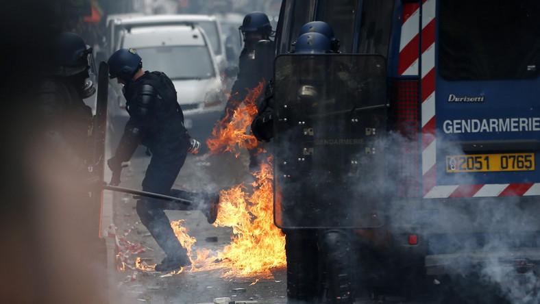 Kilkaset zamaskowanych osób obrzuciło pilnujących porządku policjantów paletami z pobliskiej budowy; atakowali ich także kamieniami i pałkami. Funkcjonariusze w odpowiedzi użyli gazu łzawiącego i armatek wodnych. 15 osób zostało zatrzymanych. Od marca wielu poprzednim demonstracjom, których czołowym organizatorem jest lewicowa centrala związkowa CGT, towarzyszyły zamieszki z udziałem zamaskowanych chuliganów. 130 skazanych za udział w nich osób dostało we wtorek zakaz manifestowania w centrum Paryża.