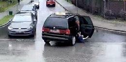 Przerażające nagranie! Dziecko wypadło z auta!