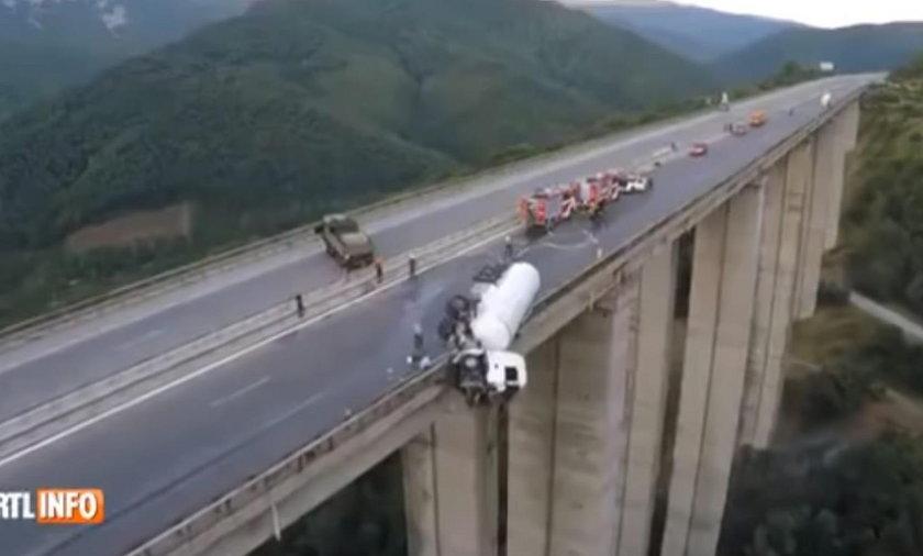 Przerażający wypadek na autostradzie A2 w Bułgarii. Cysterna zawisła nad przepaścią