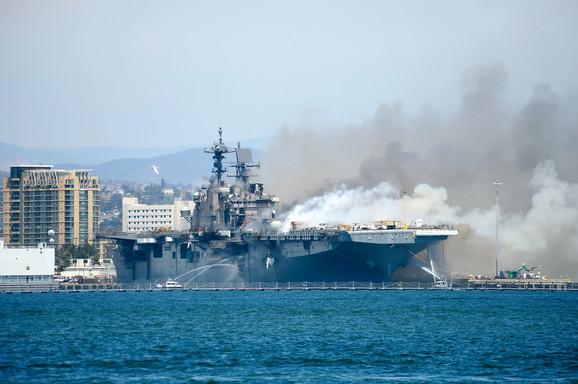 Požar na ratnom brodu u San Dijegu