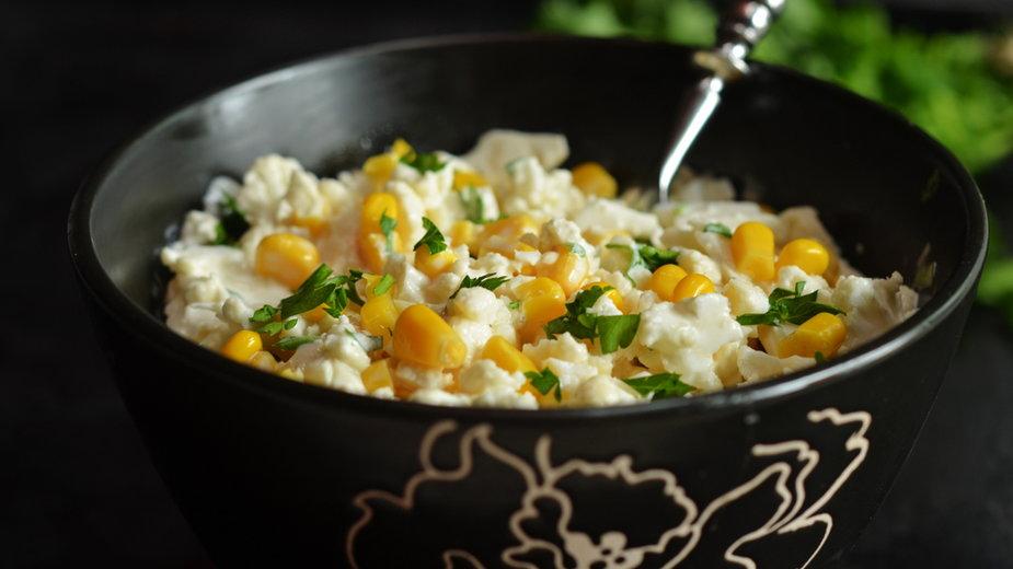 Sałatka z surowego kalafiora i kukurydzy (zdjęcie ilustracyjne)