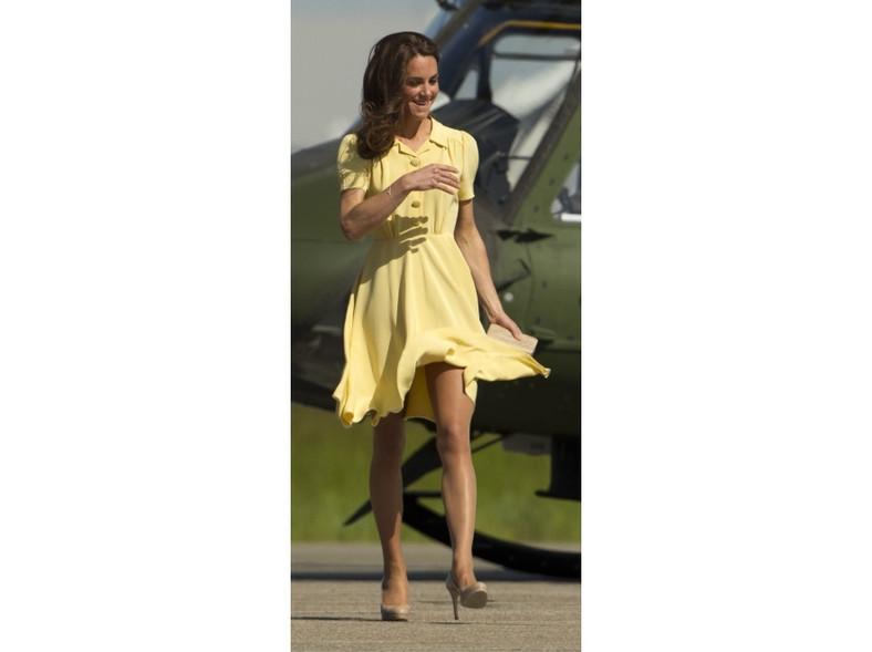 Również sukienka księżnej nie pozostała na swoim miejscu - wiatr odsłonił nogi Catherine.