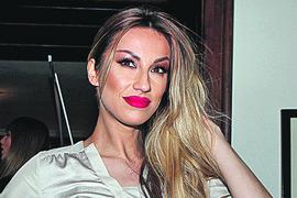 Rada Manojlović došla na modnu reviju, a umesto u manekene svi su zbog jedne stvari gledali u NJENE NOGE (VIDEO)