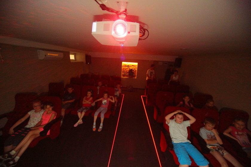 Zrobili kino z kotłowni na Starym Polesiu w Łodzi. Szkoła Podstawowa nr 26 ma w piwnicy kino