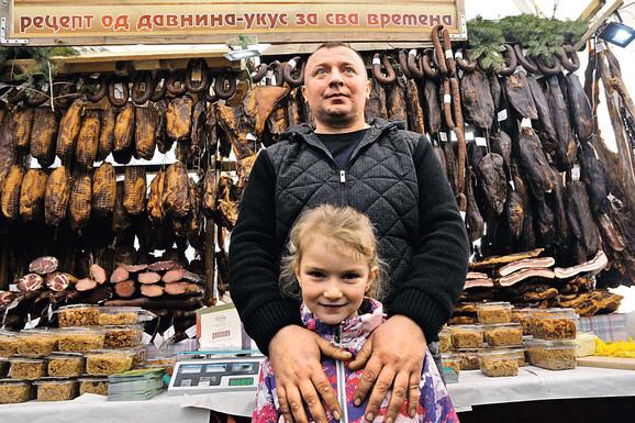 Posao zahteva angažovanost cele porodice: Mitar Marić sa ćerkicom
