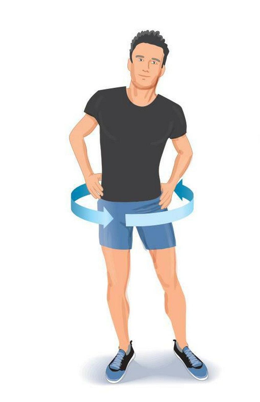Ćwiczenie poranne 3. Stań wyprostowany w rozkroku, stopy ustaw na szerokości barków. Ręce połóż na biodrach.