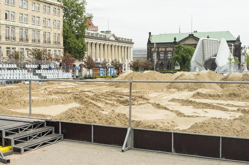 Plac Wolności zmienia się w arenę siatkówki plażowej