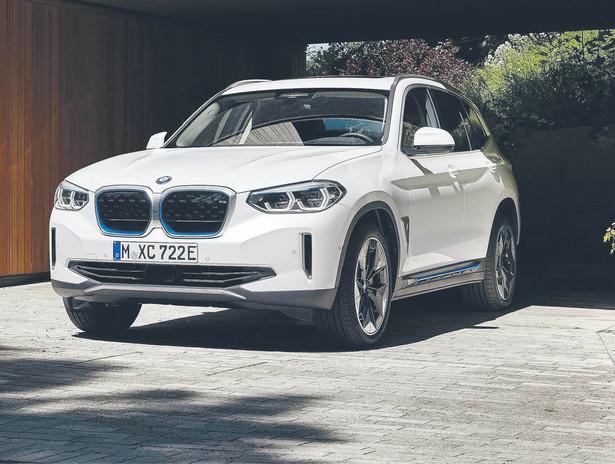 Wychodzi zatem na to, że BMW zbudowało auto, które ma ocalić misie polarne i alpejskie lodowce, ale samo na te lodowce nie będzie w stanie dotrzeć. Summa summarum, iX3 najlepiej sprawdza się w mieście. Sęk w tym, że znacznie mniejsze i znacznie tańsze i3 sprawdza się jeszcze lepiej.