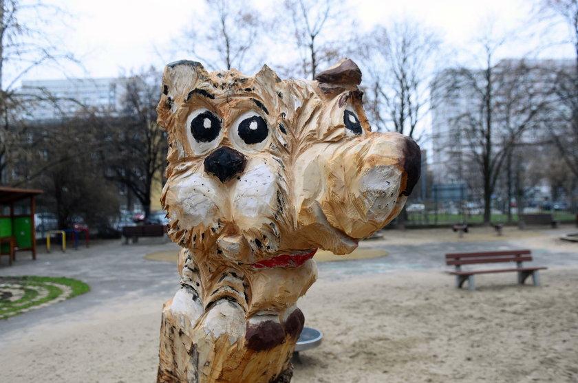 Drewniane rzeźby przy wolskich placach zabaw