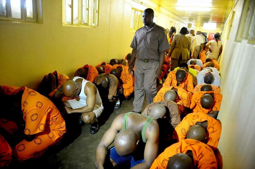 Oscar Pistorius jest już w więzieniu prawie dwa miesiące! Jak sobie radzi? Brat sportowca opowiada ze szczegółami!