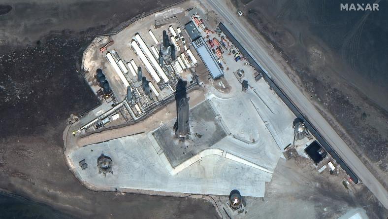 Rakieta Starship na wyrzutni startowej