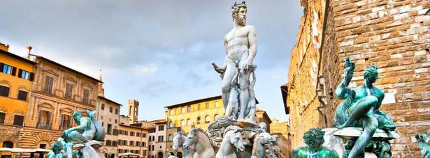 8. miejsce: Piazza della Signoria – plac w centrum Florencji zbudowany w okresie od XII do XIV wieku. Powstał po wyburzeniu domów należących do rodzin gibelinów. Otoczony szeregiem pałaców wraz z eksponowanymi tutaj rzeźbami tworzy urbanistyczny kompleks odwiedzany przez licznych turystów.