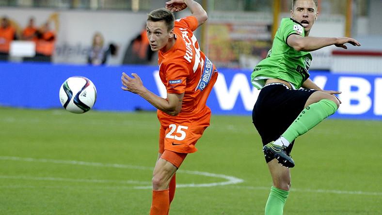 Zawodnik Termaliki Bruk-Bet Nieciecza Mateusz Kupczak (L) walczy o piłkę z Janem Bednarkiem (P) z Górnika Łęczna podczas meczu polskiej Ekstraklasy