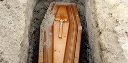 Przed pogrzebem poznała tajemnicę męża. Wstyd na całe miasto