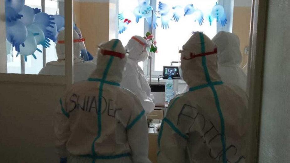 Niezwykły ślub w szpitalu zakaźnym. Wszyscy ubrani byli w kombinezony, świadkowymi były...pielęgniarki