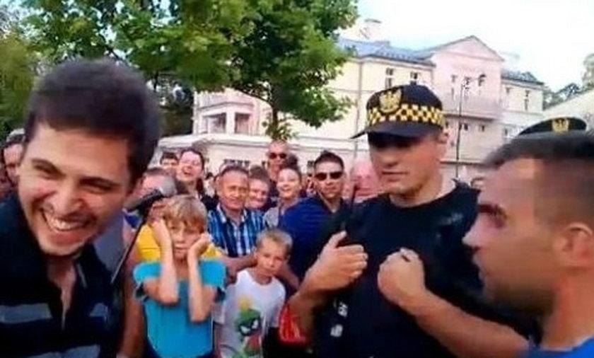 Tłum broni grajka przed strażą miejską!