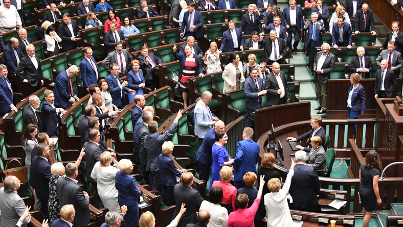 Posłowie podczas wieczornych obrad Sejmu