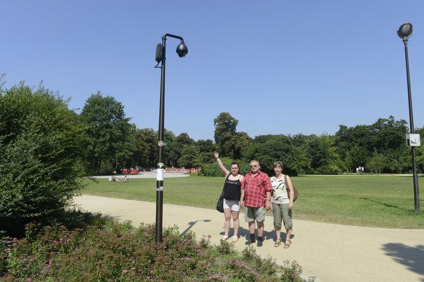 Mieszkańcy Nadodrza pokazują kamery monitoringu miejskiego w Parku Staszica we Wrocławiu